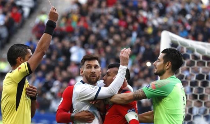 En el partido contra Chile, el astros argentino fue expulsado / Foto AP