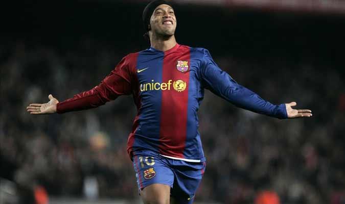 Ronaldinho posa con el uniforme de Barcelona / Foto: Cortesía