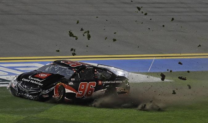 El auto del mexicano se deslizó por el césped / Foto: AP