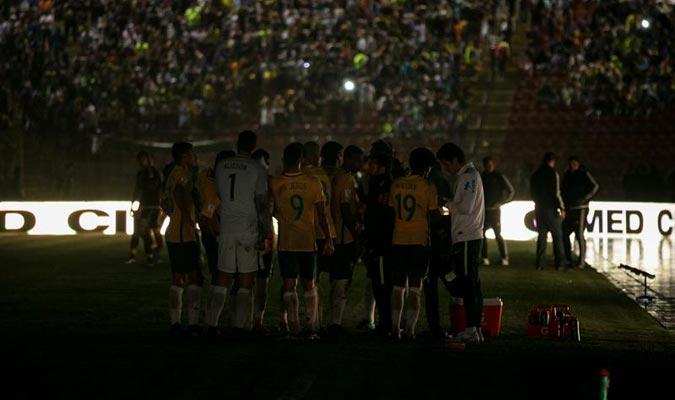 La luz fue la gran ausente del partido en la recta final / Foto EFE